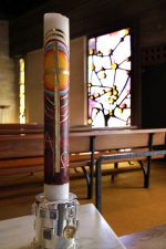 Osterkerzen und offene Kirche zu Ostern
